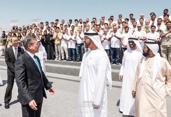 문재인 대통령이 지난해 3월 26일 오후(현지시간) 한국이 건설한 바라카 원전 1호기 앞에서 무함마드 왕세제와 대화하고 있다. 청와대 페이스북