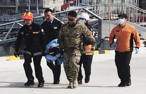 27일 오후 충남 태안군 근흥면 신진항에서 태안해양경찰이 추락된 KF-16D에 탑승했던 공군 조종사들을 옮기고 있다.[뉴스1]