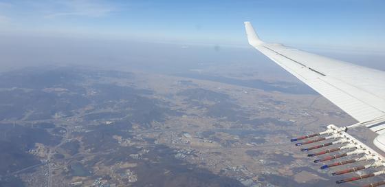 지난달 25일 실시된 인공강우 실험에서 기상항공기가 경기 남서부 지역 인근 서해 상공에서 '구름 씨앗'인 요오드화은 연소탄 발포를 마치고 이동하고 있다. [사진 기상청 제공=연합뉴스]