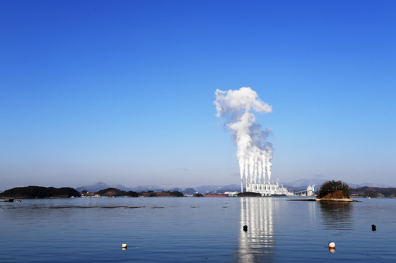 화력발전소 등에서 배출되는 미세먼지의 주성분인 질소산화물(NOx)을 무해화하는 탈질촉매 속 금속을 재활용할 수 있는 기술이 개발됐다. 사진은 1일 오전 촬영된 하동화력발전소. [사진 뉴시스]