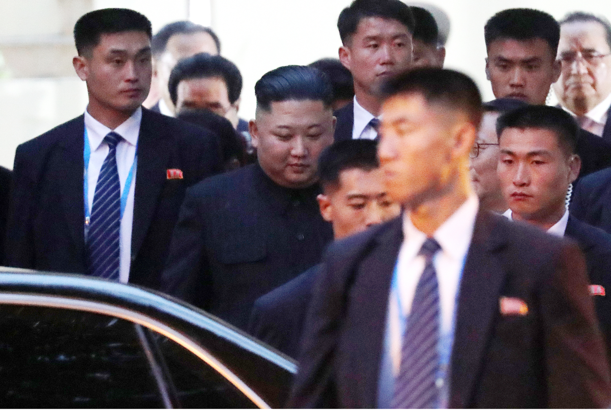 김정은 북한 국무위원장이 제2차 북미정상회담을 하루 앞둔 26일 베트남 첫 일정으로 하노이의 북한대사관 방문을 마친 뒤 나서고 있다. [뉴스1]
