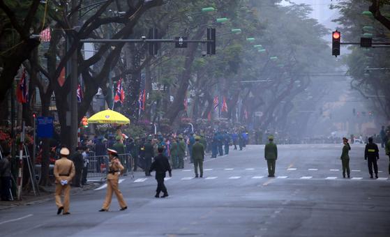 제2차 북미정상회담을 하루 앞둔 26일(현지시간) 김정은 국무위원장의 숙소인 베트남 하노이 멜리아 호텔 앞 도로가 통제되고 있다.[연합뉴스]