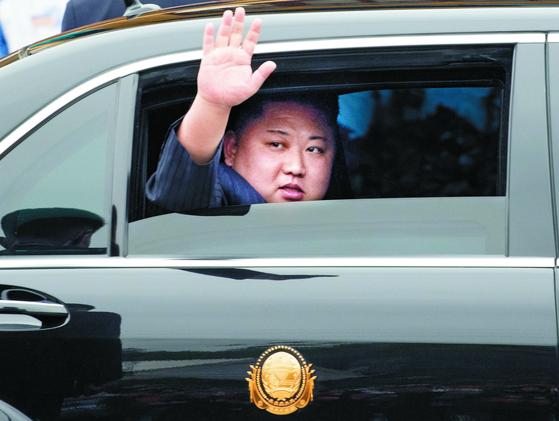 김정은 북한 국무위원장이 26일 제2차 북미정상회담을 위해 중국과 접경지역인 베트남 랑선성 동당역으로 입국해, 전용차량으로 역을 떠나며 환영나온 주민들을 향해 손을 흔들고 있다. [연합뉴스]