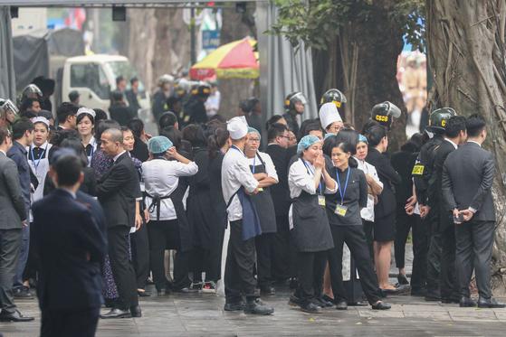 김정은 북한 국무위원장과 트럼프 미국 대통령의 만찬이 예정되어 있는 27일 베트남 하노이 소피텔 레전드 메트로폴 호텔에서 북한 경호원들과 실무진들이 보안점검을 하는동안 호텔 직원들이 호텔 밖에서 대기하고 있다. [뉴스1]