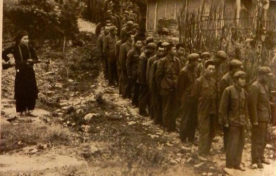 1979년 2~3월 중국의 침공으로 벌어진 중국-베트남 전쟁 당시 소총을 든 베트남 민병대원(왼쪽)이 포로로 잡은 중국 인민해방군 군인들을 감시하고 있다.당시 베트남은 민병대원까지 그러모아 필사적으로 대항했으며 해방군은 27일 만에 국경 밖으로 물러났다. [중앙포토]