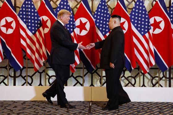 27일 오후 8시 30분(한국 시간) 도널드 트럼프 미국 대통령과 김정은 북한 국무위원장이 하노이의 메트로폴 호텔에서 재회하고 있다. [AP=연합뉴스]