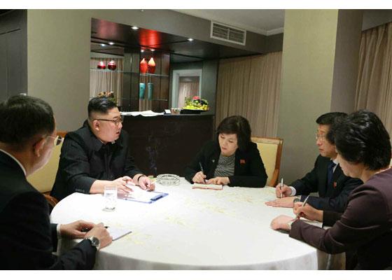 김정은 북한 국무위원장이 26일 2차 북미 정상회담이 열리는 베트남 하노이에 도착한 뒤 회담관계자들과 대책회의를 하고 있다. [사진 노동신문]