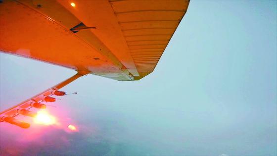 인공강우를 위한 연소탄 살포하는 장면.[사진 기상청]