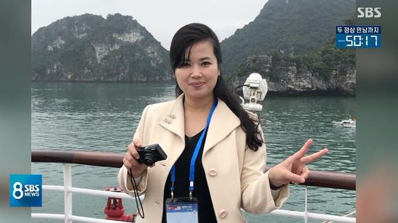 현송월 삼지연관현악단 단장이 베트남 언론을 향해 손가락으로 브이 자를 만들어 보였다. [사진 SBS 방송 캡처]