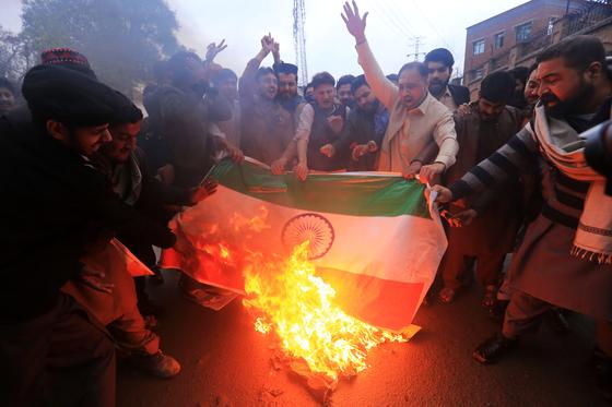 26일 인도가 공습을 감행한 뒤 파키스탄인들이 인도 국기를 불태우고 있다. [EPA]