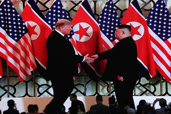 도널드 트럼프 미국 대통령과 북한 김정은 국무위원장이 27일 베트남 하노이 메트로폴 호텔에 도착해 인사하는 모습이 국제미디어센터 스크린을 통해 중계되고 있다. [연합뉴스]