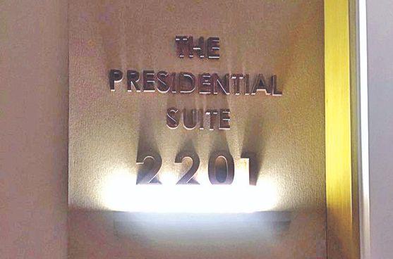 방문 앞에 'The Presidential Suite 2201'이라고 적혀 있다. [백민정 기자]