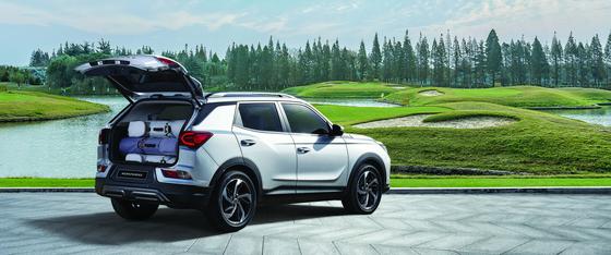 쌍용자동차가 26일 국내 SUV 의 원조격인 코란도의 신모델을 공식 출시했다. 코란도의 적재공간은 동급 최대로 골프백 4개 와 보스턴백(여행용 손가방) 4개를 동시에 수납할 수 있다 . [사진 쌍용자동차]