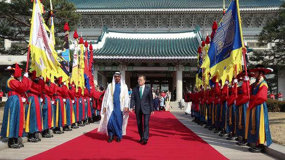 문재인 대통령과 아랍에미리트연합(UAE)의 무함마드 빈 자이드 알나하얀 아부다비 왕세제가 27일 오전 청와대 본관 앞 대정원에서 열린 공식환영식에서 전통 의장대를 사열하고 있다. 청와대사진기자단