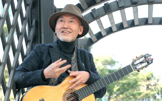 자연을 노래하는 음유시인 이기영 교수가 26일 오후 서울 서소문에서 기타를 들고 포즈를 취하고 있다. 최승식 기자