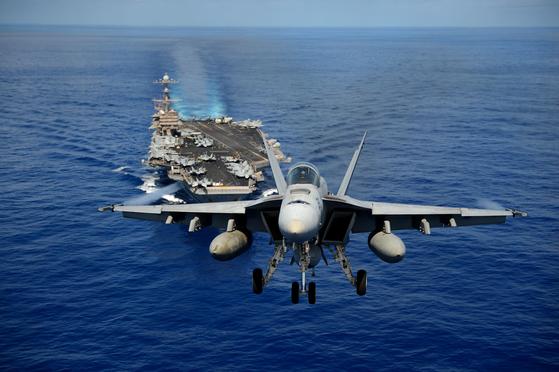 2013년 4월 태평양 해상에서 작전 중인 존 C 스테니스함에서 F/A-18E 수퍼 호넷 전투기가 이륙하고 있다. [미 해군]
