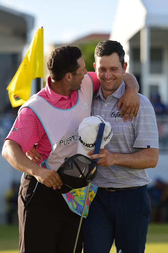 마틴 트레이너(오른쪽)이 친구이자 캐디인 라이언 엘러브럭과 함께 기뻐하고 있다. [AFP=연합뉴스]