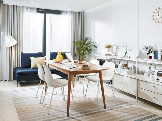 한샘은 현대인의 생활에 맞는 집의 역할·공간 활용에 대한 솔루션을 제안했다. 거실에는 재택근무·브런치·취미활동에 사용할 수 있는 대형 식탁을 배치했다. [사진 한샘]