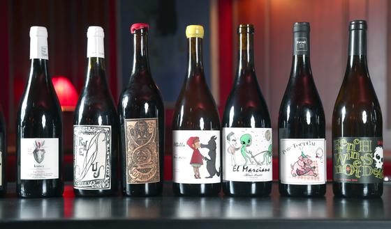 내추럴 와인은 기존 와인들에 비해 레이블도 개성이 넘친다. 와인 메이커가 평소 좋아하던 캐릭터 그림, 또는 병 속 와인의 맛을 전달할 수 있는 이미지를 그려넣고나 세상에 전달하고 싶은 메시지를 적어넣는 경우가 많다. 최승식 기자