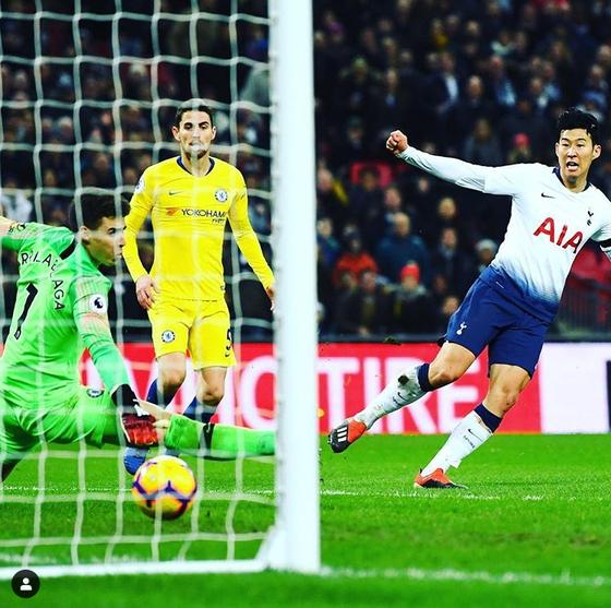 지난해 11월 첼시전에서 50m 원더골을 터트린 손흥민. 당시 첼시 골키퍼는 케파 아리사발라가였다. [토트넘 인스타그램]