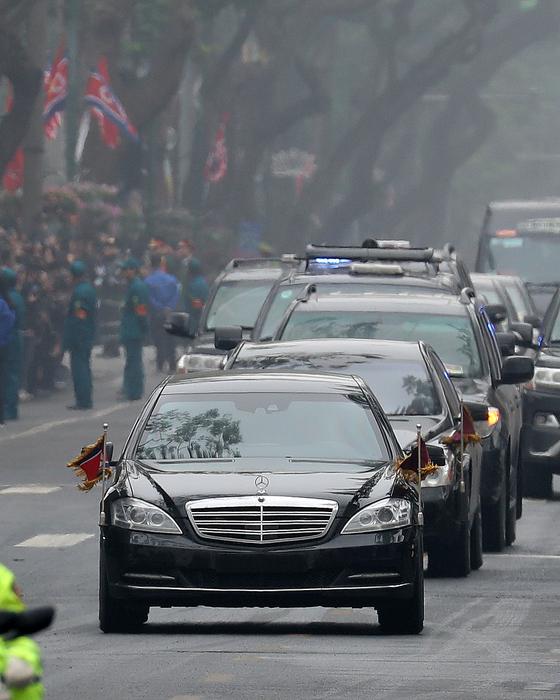 김정은 북한 국무위원장이 탑승한 메르세데스 벤츠 S600 차량이 26일 숙소인 베트남 하노이 멜리아 호텔로 들어서고 있다.[뉴스1]