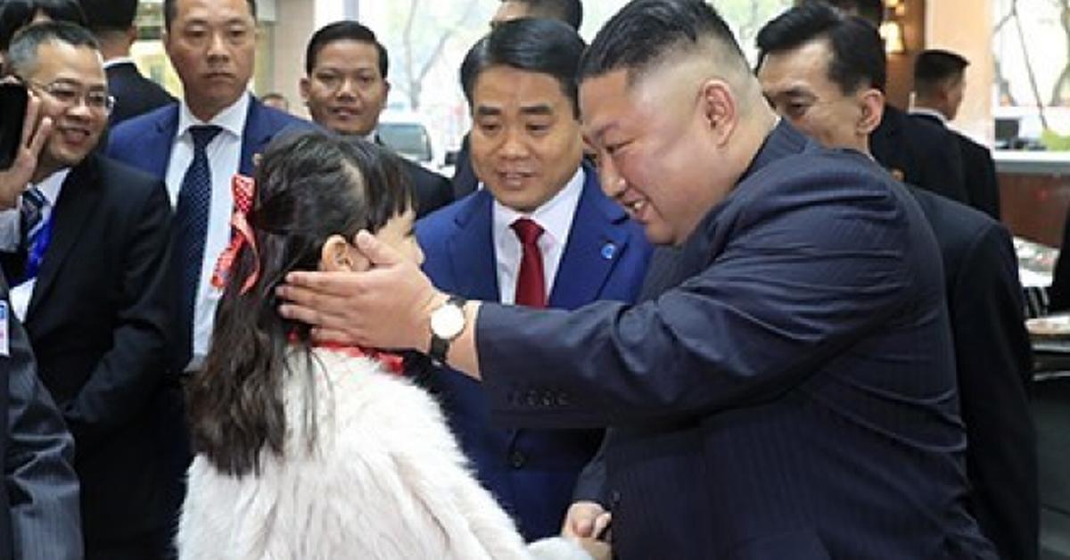 북미정상회담을 하루 앞둔 26일 김정은 북한 국무위원장이 베트남 하노이 멜리아 호텔에 도착해 화동과 인사하고 있다. [연합뉴스]