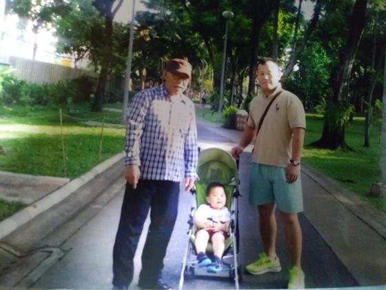 아들 가족과 함께한 태국여행에서 아들, 손주가 남편과 함께 사진을 찍었다. 벌써 5~6년이 지났다. [사진 송미옥]