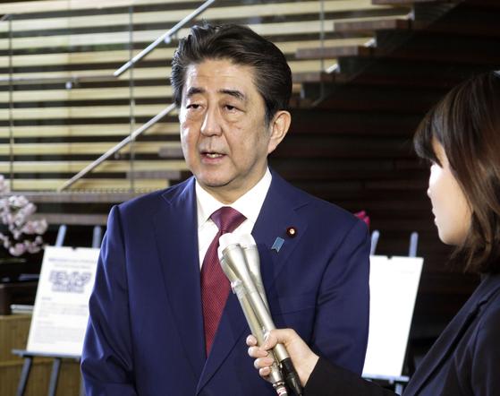 지난 25일 아베 신조(安倍晋三) 일본 총리가 도쿄 총리 관저에서 기자들의 질문에 답하고 있다. [교도=연합뉴스]