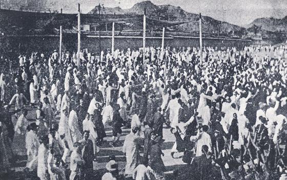 1919년 3월 1일 탑골공원에서 대한문으로 가두시위하는 모습.[국가기록원]