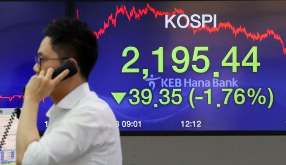 코스피 지수가 전날보다 39.35포인트(1.76%) 내린 2195.44로 거래를 마친 28일 서울 중구 KEB하나은행 딜링룸에서 딜러들이 업무를 보고 있다. [연합뉴스]