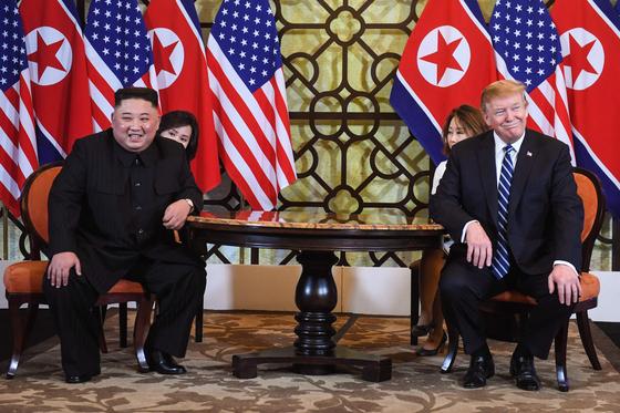 도널드 트럼프(오른쪽) 미국 대통령과 김정은 북한 국무위원장이 28일(현지시간) 베트남 하노이 소피텔 레전드 메트로폴 호텔에서 1대1 단독 정상회담을 하던 중 미소를 짓고 있다. [연합뉴스]