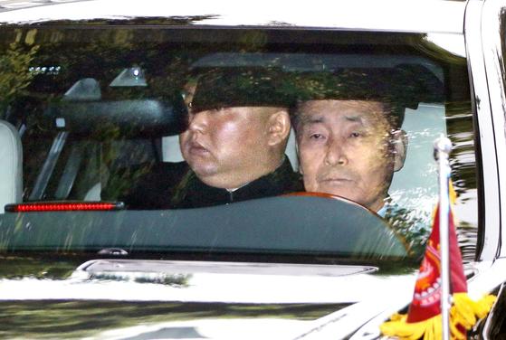 김정은 북한 국무위원장이 28일 베트남 하노이에서 도널드 트럼프 대통령과의 2차 정상회담이 결렬된 후 전용차를 타고 숙소로 돌아가고 있다. [AFP=연합뉴스]