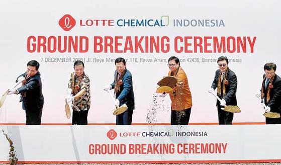 롯데케미칼타이탄은 인도네시아에 유화단지를 건설해 2023년부터 상업생산을 할 계획이다. 사진은 지난해 12월 자바 반텐주에서 열린 기공식 모습. [사진 롯데그룹]