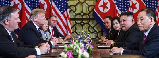제2차 북미정상회담 이튿날인 28일(현지시간) 도널드 트럼프(왼쪽) 미국 대통령과 김정은(오른쪽) 북한 국무위원장이 베트남 하노이의 소피텔 레전드 메트로폴 호텔에서 회담 도중 심각한 표정을 하고 있다.   연합뉴스