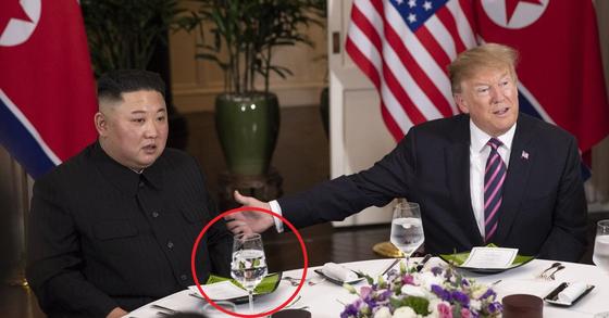 김정은 북한 국무위원장과 트럼프 미국 대통령이 27일 베트남 하노이 메트로폴 호텔에서 단독회담 후 친교 만찬에서 대화를 하고 있다.[미국 백악관 트위터]
