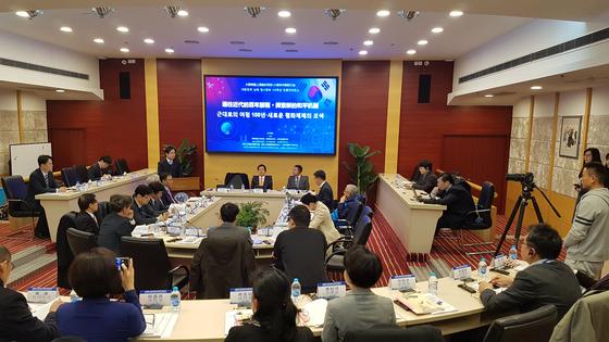 2월 26일 중국 상하이 푸단대에서 열린 대한민국 상하이 임시정부 100주년 한중 콘퍼런스에서 양국 학자들이 열띤 토론을 벌이고 있다. 상하이=김승현 기자