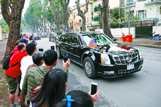 트럼프 대통령의 전용 차량인 캐딜락 원이 27일(현지시간) 베트남 주석궁으로 향하고 있다. [EPA=연합뉴스]