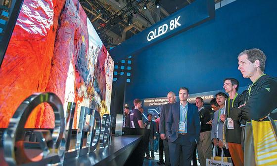 미국 라스베이거스에서 열린 CES 2019 개막일인 지난 1월 8일(현지시간) 삼성전자 전시관에서 관람객들이 퀀텀닷 발광다이오드(QLED) 8K TV의 화질을 감상하고 있다. 삼성전자는 선도 기술에 집중해 사업 경쟁력을 강화한다는 계획이다. [사진 삼성전자]