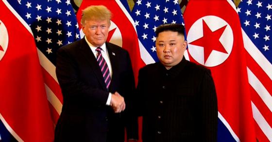 2차 북ㆍ미 정상회담 첫날인 27일 도널드 트럼프 미국 대통령과 북한 김정은 국무위원장이 베트남 하노이 메트로폴 호텔에 도착해 미소를 짓고 있다. [백악관 트위터]