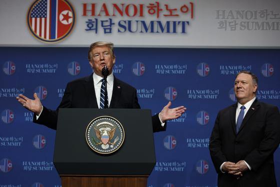 도널드 트럼프 미국 대통령은 28일 베트남 하노이 JW 메리어트 호텔에서 열린 기자회견에서 질문에 답하고 있다. [AP 연합뉴스]