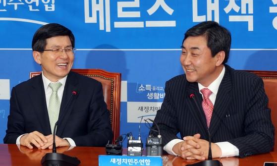 2015년 6월 당시 새로 국무총리가 된 황교안 현 자유한국당 신임대표(왼쪽)가 국회에서 당시 새정치민주연합 이종걸 원내대표와 만나 환담하고 있다.두 사람은 고교 동창이다. [중앙포토]