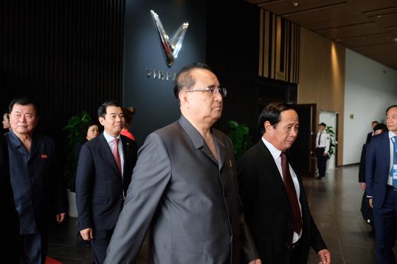 27일(현지시간) 이수용 부위원장을 비롯한 북측 고위급 인사들이 베트남 하이퐁시에 위치한 베트남의 첫 완성차 업체인 '빈패스트'(Vinfast)에 들어서고 있다. [사진 빈 그룹 제공]