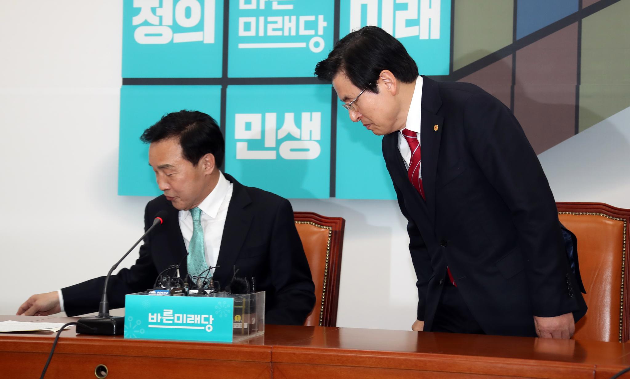황교안 자유한국당 대표가 28일 오후 국회 바른미래당 대표실로 손학규 대표를 예방했다. 두 당 대표가 자리에 앉고 있다. 변선구 기자