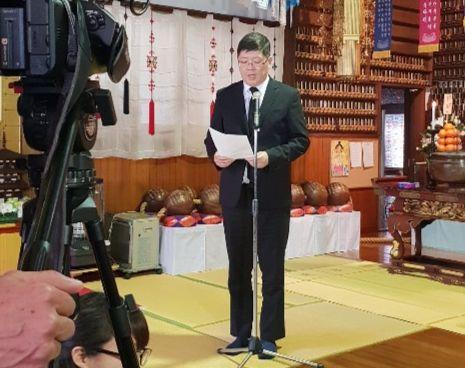 민화협 김홍걸 대표상임의장이 27일 오사카 도고쿠지에서 열린 조선인유골봉환 인수식에서 추모사를 하고 있다. [사진 민족화해협력범국민협의회]