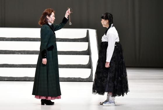 여성 독립운동가 김란사의 삶을 다룬 창작극 '100년후 꿈꾸었던 세상' 제작발표회에서 극 속 김란사(왼쪽)가 유관순에게 미래를 준비한다는 뜻이 담긴 펜던트를 건네고 있다. [사진 인천시립예술단 제공]