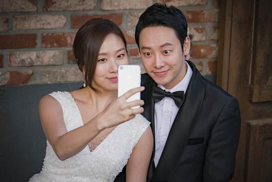 영화에서 가짜 결혼 소동을 벌이는 두 주연 배우 고성희(왼쪽)와 김동욱. [사진 CGV아트하우스]