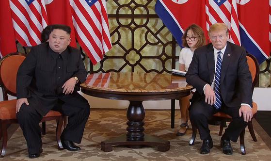 28일(현지시간) 도널드 트럼프(오른쪽) 미국 대통령과 김정은(왼쪽) 북한 국무위원장이 베트남 하노이의 소피텔 레전드 메트로폴 호텔에서 회담 도중 심각한 표정을 하고 있다. [연합뉴스]