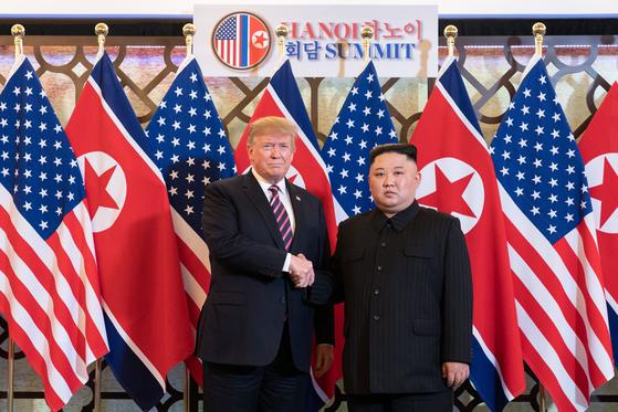 제2차 북미정상회담 첫날인 27일 도널드 트럼프 미국 대통령과 북한 김정은 국무위원장이 베트남 하노이 메트로폴 호텔에 도착해 악수를 하고 있다. [백악관 트위터 캡처=연합뉴스]