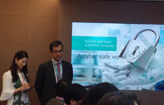 26일(현지시간) 스페인 바르셀로나 MWC 2019에서 미구엘 바농E&E 대표가 한국 기자들과 만나 화웨이 5G 장비 보안검증에 대해 설명하고 있다. [사진 한국화웨이]