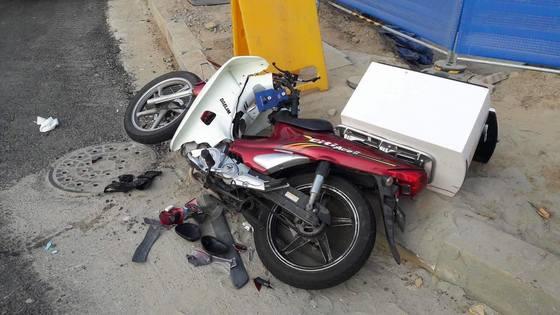 무면허 여고생이 몰던 차량과 충돌해 숨진 배달기사 최씨의 오토바이.  [사진제공=온라인 커뮤니티]